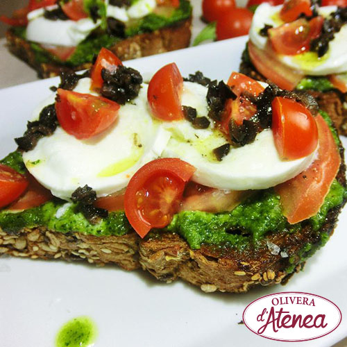 Canapé ecológico y vegano con tomate y Pesto Bio d'Atenea