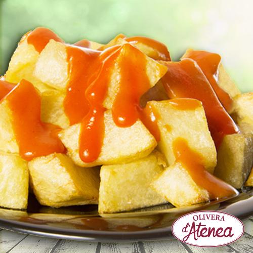 Patatas bravas en plato, con una deliciosa Salsa Brava Olivera d'Atenea, vegana y sin gluten