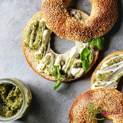Bagelso panecillos redondos con queso crema y Pesto Bio d'Atenea