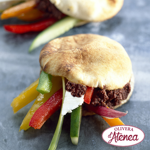 Pita rellena de verduritas, queso fresco y Olivada Olivera d'Atenea